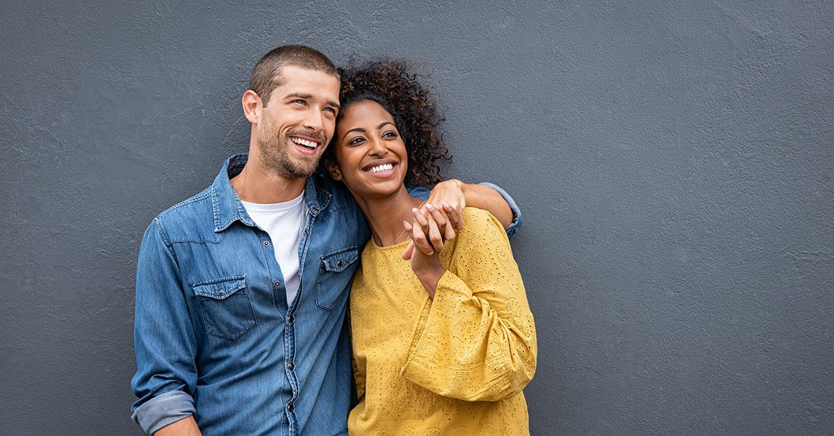 jeune couple souriant dans la trentaine homme caucasien femme afro-américaine