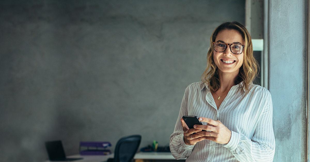 Femme souriante conseillère en insolvabilité