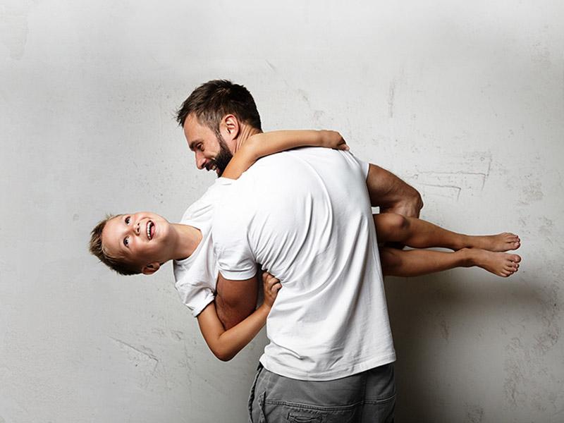Maxime 29 ans barbe, avec un garçon 10 ans dans ses bras