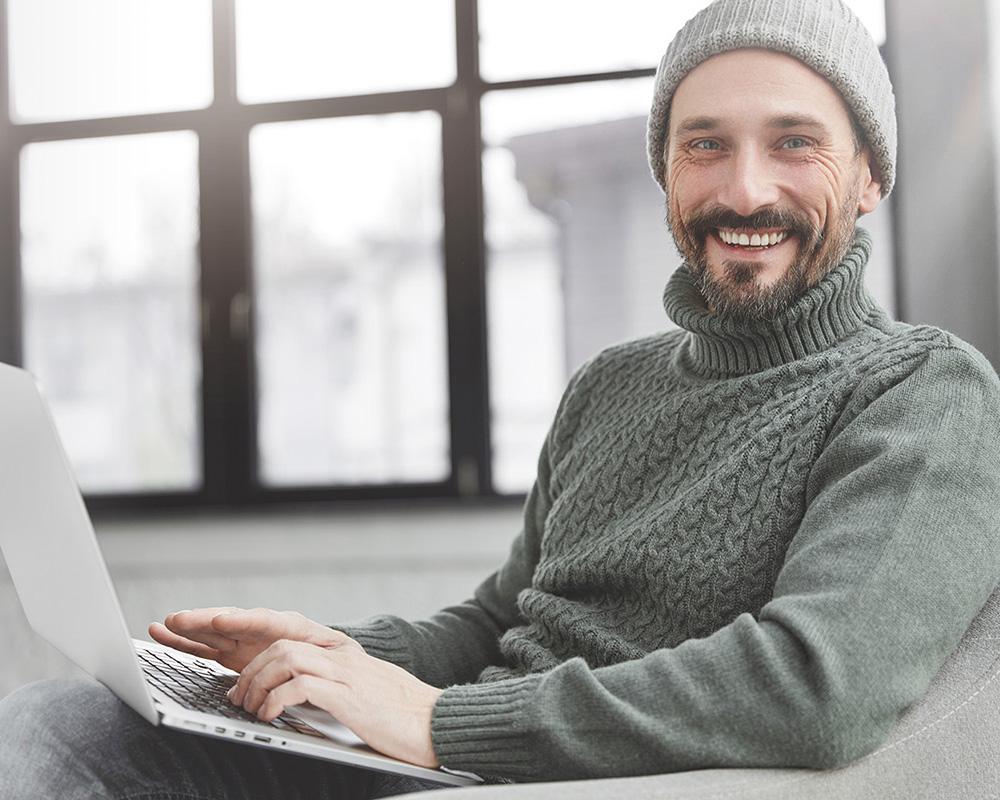 francis homme 39 ans barbe, yeux verts, chandail et tuque verte