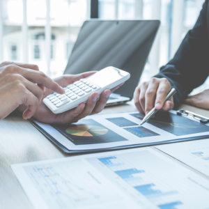 rencontre affaire, feuille de calcul sur le bureau et plan d'affaire stratégique